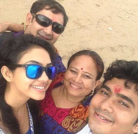 Pooja Banerjee with mother and brothers